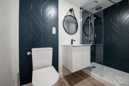 Robinet noir mat pour cette salle d'eau rénovée dans un appartement Toulousain.