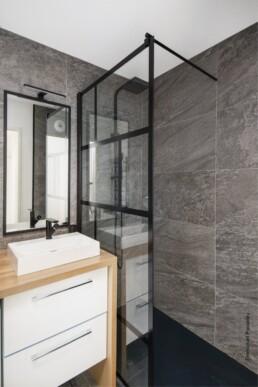 Pose de verrière aux lignes noires pour cette salle d'eau rénovée à Toulouse, par Imagine Conception